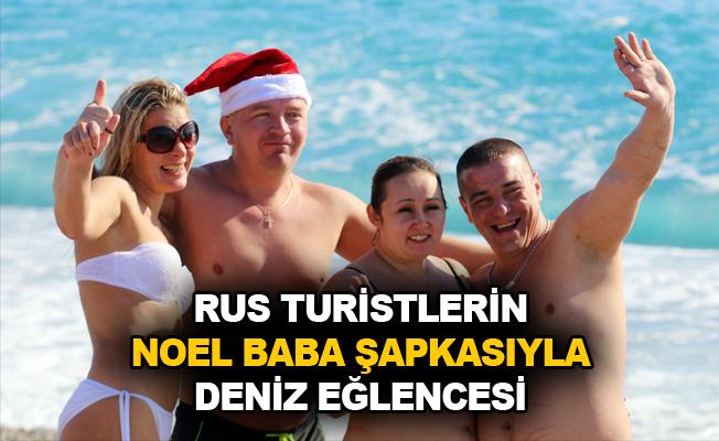 Rus turistlerin Noel Baba şapkasıyla deniz eğlencesi