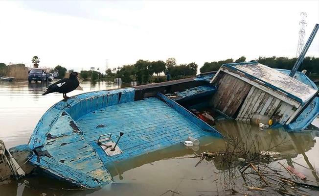 Fırtına balıkçı barınağını vurdu