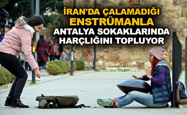 İran'da çalamadığı enstrümanla Antalya sokaklarında harçlığını topluyor