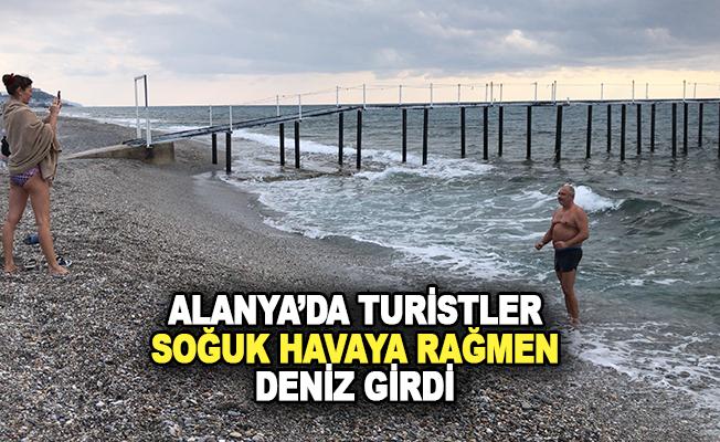 Turistler soğuk havaya rağmen denize girdi