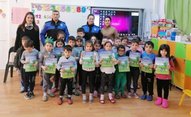 Polisten öğretmen ve öğrencilere bilgilendirme semineri