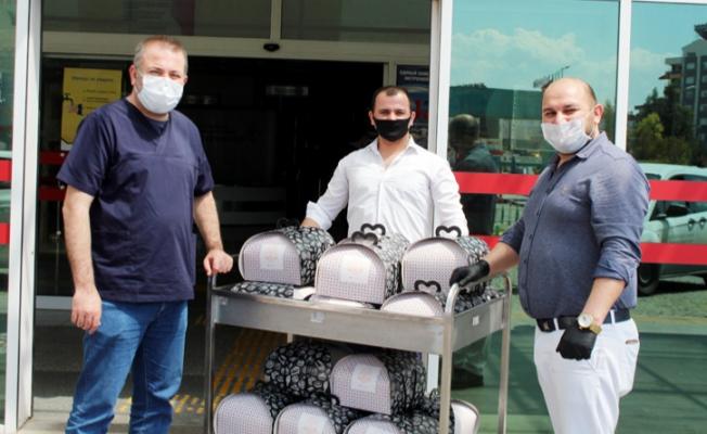 2 bin sağlık çalışanı için hazırladığı pastayı hastane hastane dolaşıp dağıttı