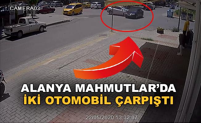 Alanya Mahmutlar'da iki araç çarpıştı