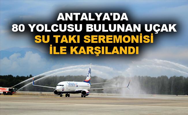 Antalya'da 80 yolcusu bulunan uçak su takı seremonisi ile karşılandı