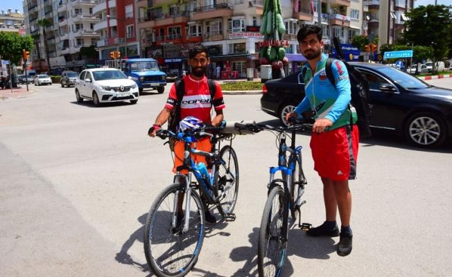 Bisikletle Türkiye turuna çıkan gençler Antalya'da mola verdi
