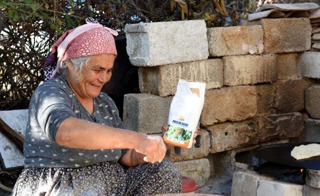Belediyenin verdiği mısır unundan ekmek yapıp başkana gönderdi