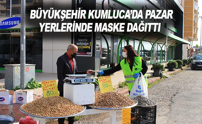 Büyükşehir Kumluca'da pazar yerlerinde maske dağıttı