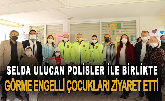 Selda Ulucan polisler ile birlikte görme engelli çocukları ziyaret etti