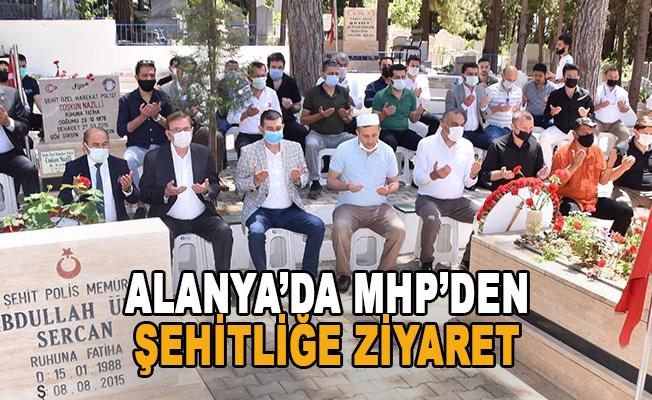 Alanya'da MHP'den bayram sabahı şehitliğe ziyaret