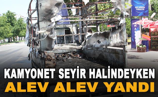 Karton yüklü kamyonet seyir halindeyken alev alev yandı