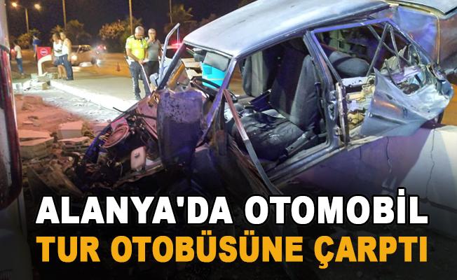 Alanya'da otomobil tur otobüsüne çarptı