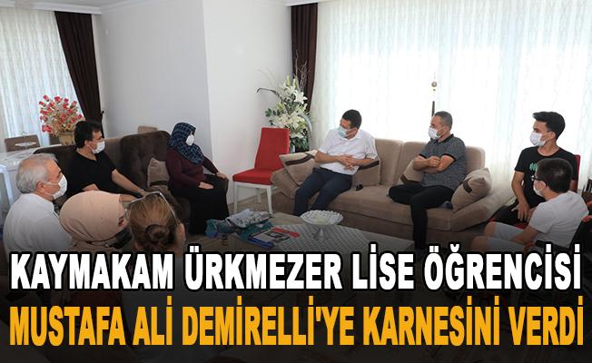 Kaymakam Ürkmezer lise öğrencisi Mustafa Ali Demirelli'ye karnesini verdi