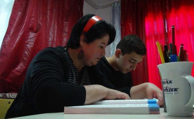 Okulu bırakan oğlunu teşvik etti, anne oğul beraber lise diploması aldı