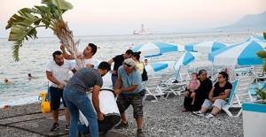 Konyaaltı Sahilinde engel oluşturan yapılara müdahale