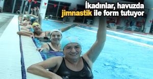 Antalyalı kadınlar, havuzda jimnastik ile form tutuyor
