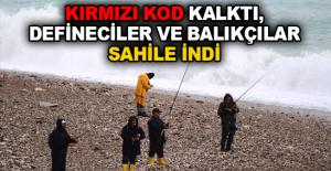 Kırmızı kod kalktı, defineciler ve balıkçılar sahile indi