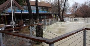 Manavgat Irmağı'nda su seviyesi ırmak kıyısındaki tesisleri tehdit ediyor