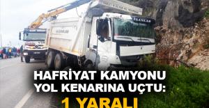 Hafriyat kamyonu yol kenarına uçtu: 1 yaralı