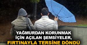 Yağmurdan korunmak için açılan şemsiyeler, fırtınayla tersine döndü