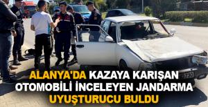 Alanya'da kazaya karışan otomobili inceleyen jandarma uyuşturucu buldu