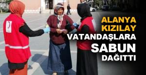 Alanya Kızılay, vatandaşlara sabun dağıttı