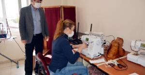 Usta öğretici kadınlar maske üretimine başladı