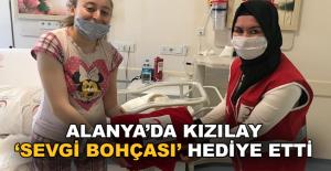 Alanya'da Kızılay 'Sevgi Bohçası' hediye etti