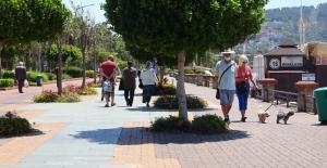 Alanya'da yaşlıların sokak keyfi