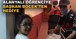 Alanyalı öğrenciye Başkan Böcek'ten hediye