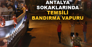 Antalya sokaklarında Temsili Bandırma Vapuru