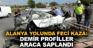 Alanya yolunda feci kaza: Demir profiller araca saplandı
