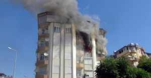 Apartmanın 3. katında çıkan yangın korku dolu anlar yaşattı