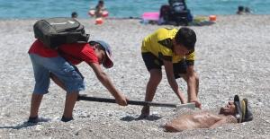 Sahilde kendini kuma gömüp şifa aradı