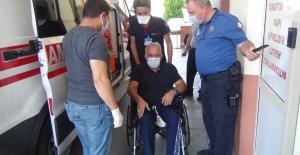 Polis, engelli adamı ambulansla hastaneye götürdü