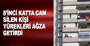 Antalya'da 8'inci katta cam silen kişi yürekleri ağza getirdi