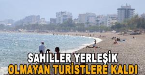 Kısıtlamanın ilk gününde sahiller yerleşik olmayan turistlere kaldı.