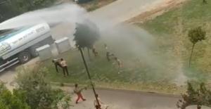 Sıcaktan bunalan çocuklar tazyikli suyla serinledi