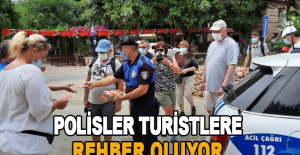 Alanya'da polisler turistlere rehber oluyorlar