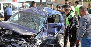 İki aracın hurdaya döndüğü kazada sürücülerden biri hayatını kaybetti, diğeri yaralandı